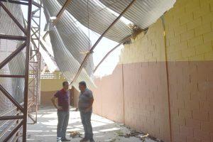 Vereadores Cabo Jean e Toco verificam condições da quadra na EMEF Paulo Ricardo