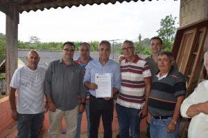 Vereador Etelvino acompanha assinatura de ordem de serviço para início dos trabalhos de pavimentação da Estrada do Caetê
