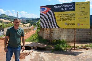 Vereador Cabo Jean acompanha obras de asfaltamento de rua no bairro Santo Antônio