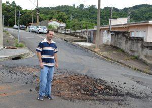 Alexandre Pierroni pede recapeamento de ruas do Jardim Maria Trindade