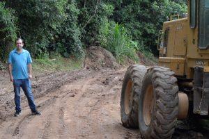 Vereador Alexandre Pierroni acompanha manutenção de vias de terra do Planalto Verde
