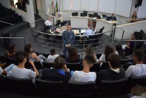 Alunos da EMEF Prof. Tibério Justo da Silva visitam a Câmara Municipal