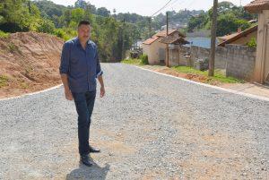 Vereador Rafael Marreiro confere serviços na Rua Giuseppe Garzella