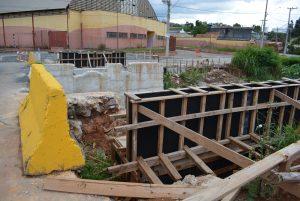 Guto Issa questiona paralisação das obras da ponte do Jardim Guaçu e pede explicações sobre projeto