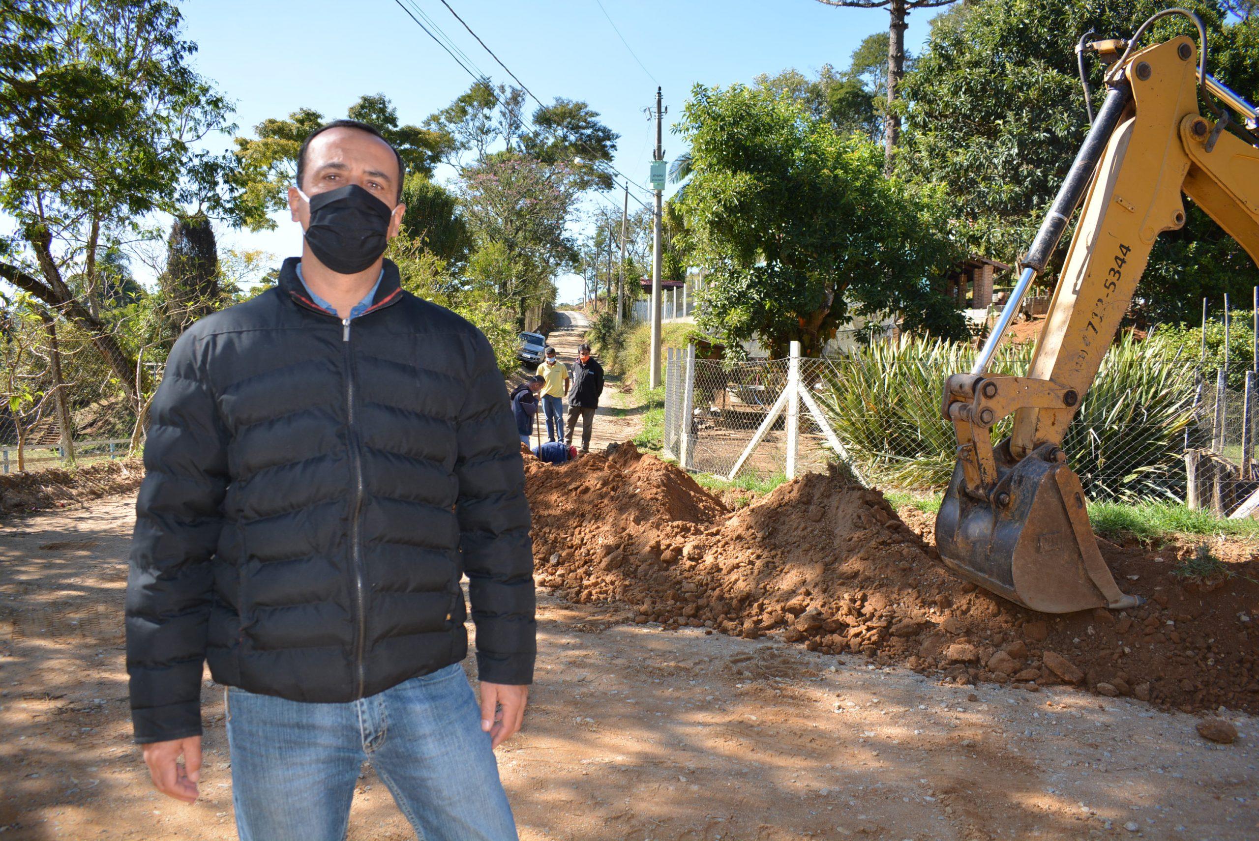 Estrada da Rancharia recebe rede de água após empenho de Marquinho Arruda