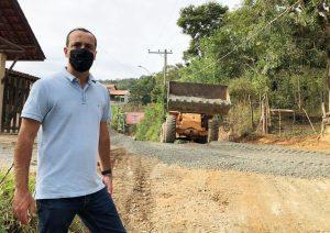 Marquinho Arruda conquista trecho de asfalto em rua do Bairro Guaçu e pede melhorias para outros bairros do município