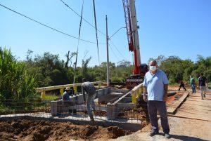 Vereador Maurinho Góes confere obras de instalação de ponte na Vila Maciel