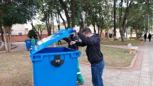 Vereador Thiago Nunes confere colocação dos novos containers no centro de São João Novo