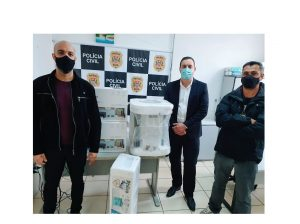 Vereador Guilherme Nunes entrega duas impressoras e um aparelho de ar condicionado para a Delegacia da Mulher de São Roque